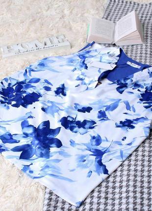 Белая блузка в синий цветок.