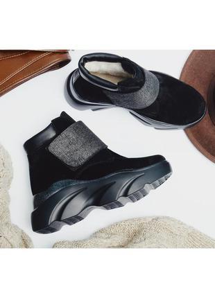 Женские черные зимние ботинки на липучке.