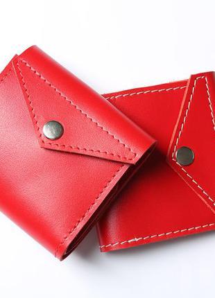 Кожаный кошелек красного цвета на кнопке