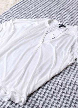 Белая кофта с вырезом