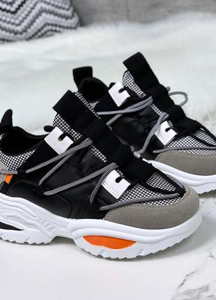 Стильные черно-серые кроссовки на массивной подошве