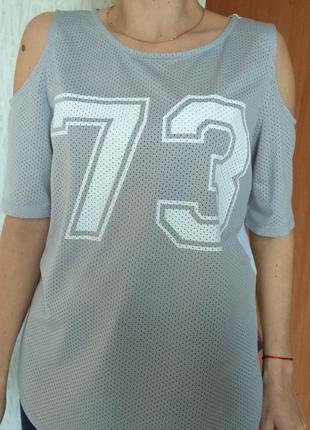 Футболка - майка з відкритими плечима подовжена. напис цифри s...