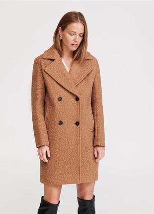 Бежевое пальто из текстурированной ткани. reserved. размеры ут...