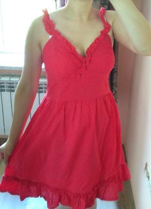 Красное платье с красивым декольте и рюшами bon prix. размер s-м