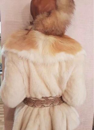 Шуба норковая бежево-белого цвета с лисьим воротником