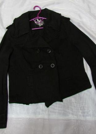 Пиджак черный, джинсовый, короткий.