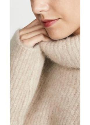 Бежевый свитер крупной вязки оверсайз