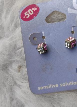 Маленькие серебряные серьги гвоздики квадратные с камнями цвет...