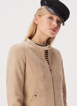 Стильная байкерская куртка с воротником стойкой