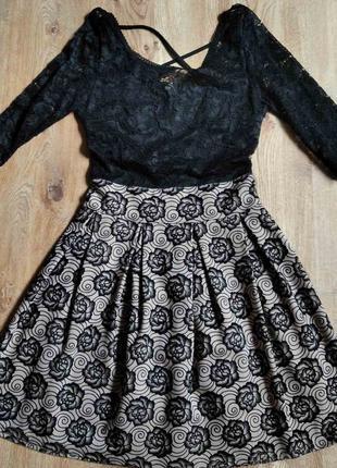 Приталенное платье с гипюровым верхом
