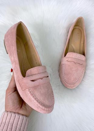 Пудровые замшевые туфли на низком каблуке,стильные замшевые ло...