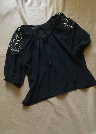 Черная блузка с вырезами на плечах