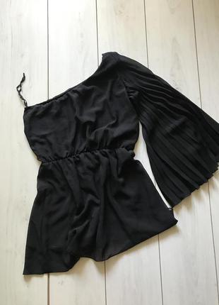 Чёрная блуза с одним рукавом