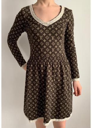 Плаття, сукня тепла, гарно підкреслує фігуру.