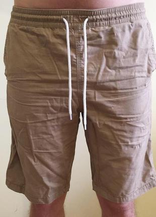 Чоловічі бежеві коричневі шорти.