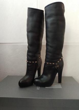 Стильные кожаные сапоги на высоких каблуках черного цвета