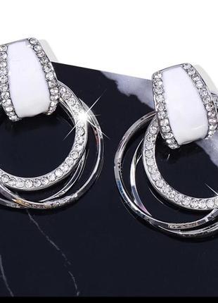 Стильные серьги кольца с кристаллами