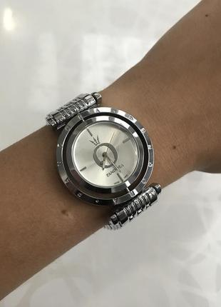 Женские наручные крутящиеся металлические часы серебристые