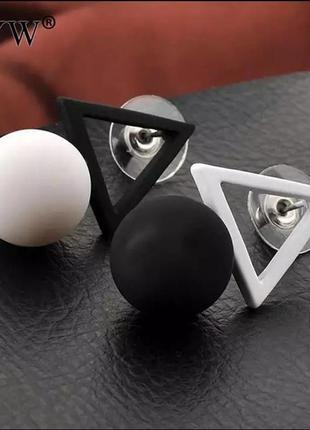 Серьги треугольники черно белые