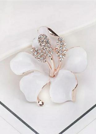 Брошка біла квітка, елегантна