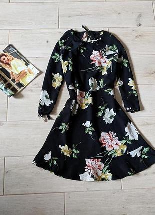 Красивое платье трапецией в цветочный принт с вырезом на спине