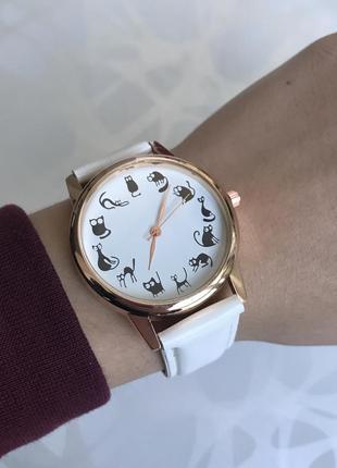 Женские наручные часы с котиками белые
