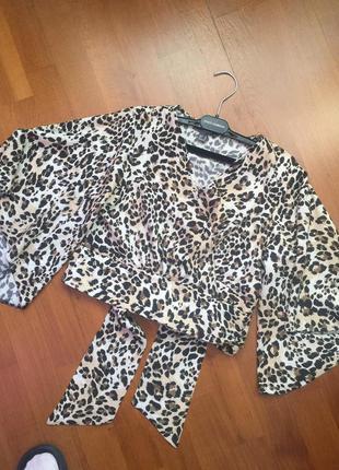 Укороченная блуза из вискозы. на запах.