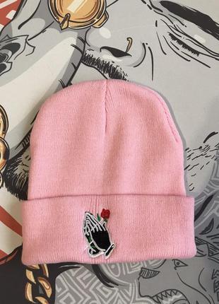 Розовая шапка руки с розой топовая модель