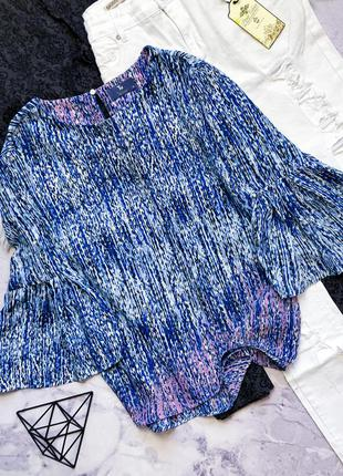 Яркая блуза с воланами на рукавах