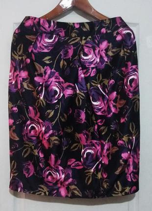 Яркая юбка карандаш на красивые формы . с карманами