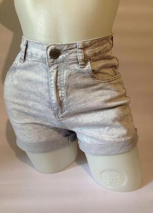 Серые джинсовые шорты с высокой посадкой
