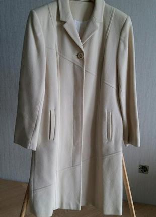 Пальто молочного цвета размер 38