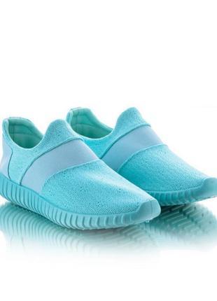 Легкие и удобные кроссовки без шнурков.