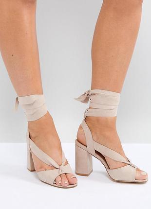 Стильные босоножки на блочном каблуке с завязками асос asos tr...