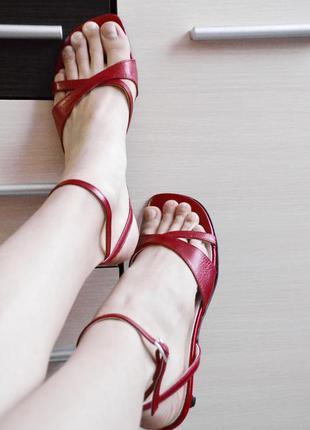 Очень женственные босоножки на низеньком каблуке roberto santi