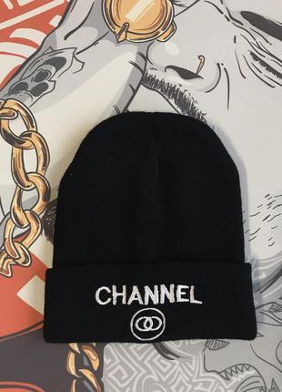 Черная шапка с вышивкой и крутой надписью