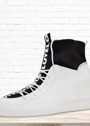 Высокие модные кроссовки. белые.