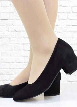 Замшевые туфельки four на низком каблуке. черные.