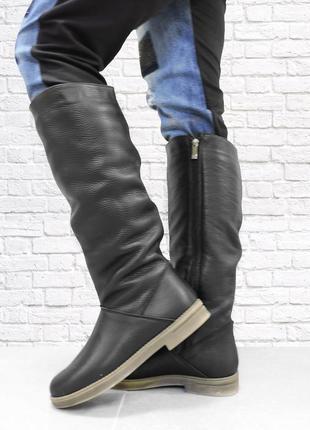 Зимние кожаные сапоги на низком каблуке. черные. 37 размер.