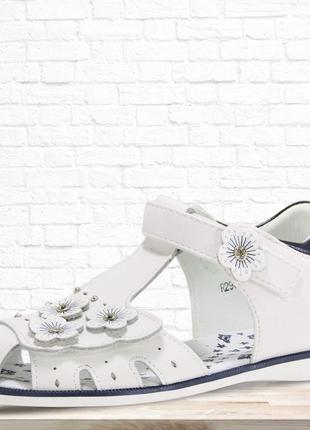 Босоножки цветы с закрытым носком. белые.
