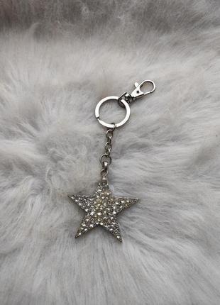 Серебряный обьемный блестящий брелок звезда с камнями стразами...