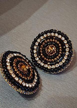 Сережки гвоздики в черном и золотом цвете