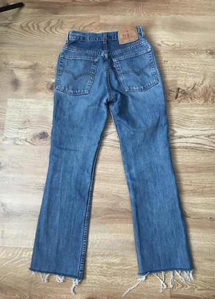 Прямые синие джинсы с необработанными краями