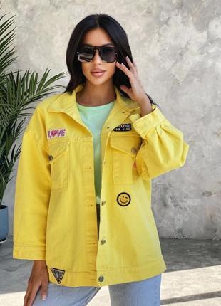 Женская яркая джинсовая куртка с нашивками