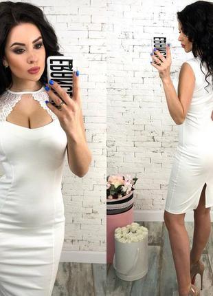 Красивое женское платье с декольте молочного цвета