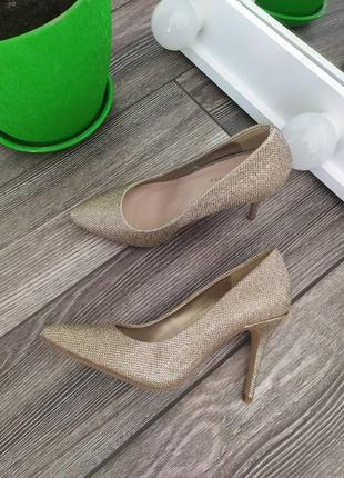 Стильные золотые туфли лодочки