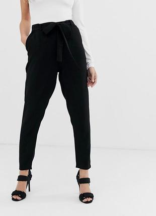 Зауженные черные штаны с высокой талией, с поясом boohoo