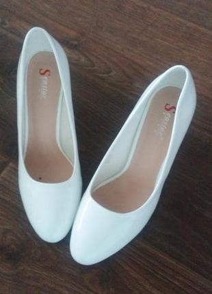 Новые белые лаковые туфли