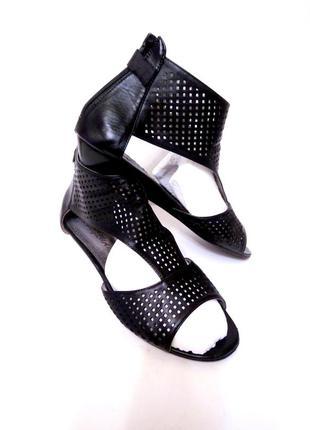 Туфли с дырочками на низком каблуке на большую широкую ножку