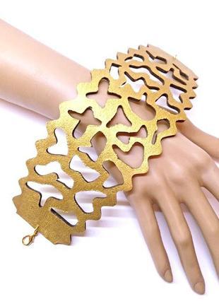 Широкий ажурный кожаный женский браслет золотого цвета.